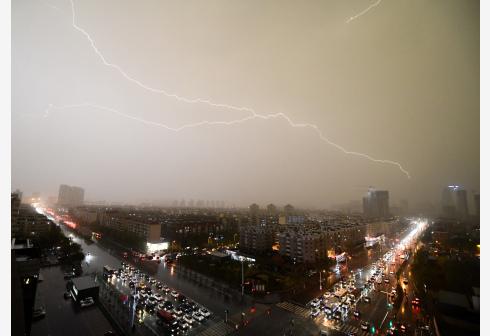 天津遭遇雷电天气