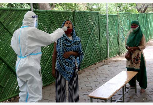 印度日增新冠确诊病例数超30万
