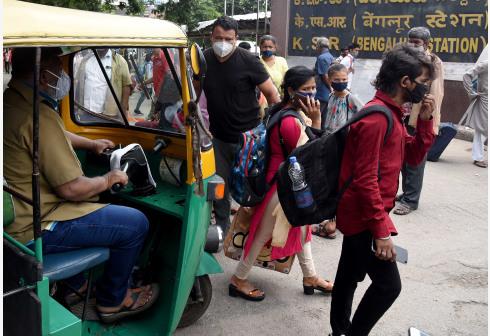 印度疫情趋缓 部分地区逐步放松防疫措施
